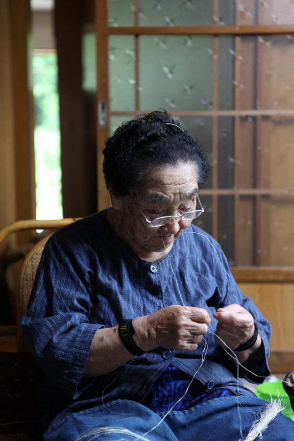 「からむし織」の技術や製品の質は確かであり、さらには現代のデザインを取り入れ外に発信していくことを拒まない前向きな姿勢が村全体に浸透しているように思われた。後継者の減少等の問題は抱えているものの、村の、また福島県や東北・日本の誇れる伝統工芸の一つとして、今後の発展が大変楽しみな素材に出会えた訪問であった。からむしを始め伝統工芸には、その手間のために素材自体が高級で流通しにくいものも多いが、建築やデザインの分野で適切に扱っていくことが充分可能な場面もあるのではないか、そういった方法を考えることが新たなデザインや美しさを発見するきっかけになるのではないか、と私個人は強く考えさせられた。